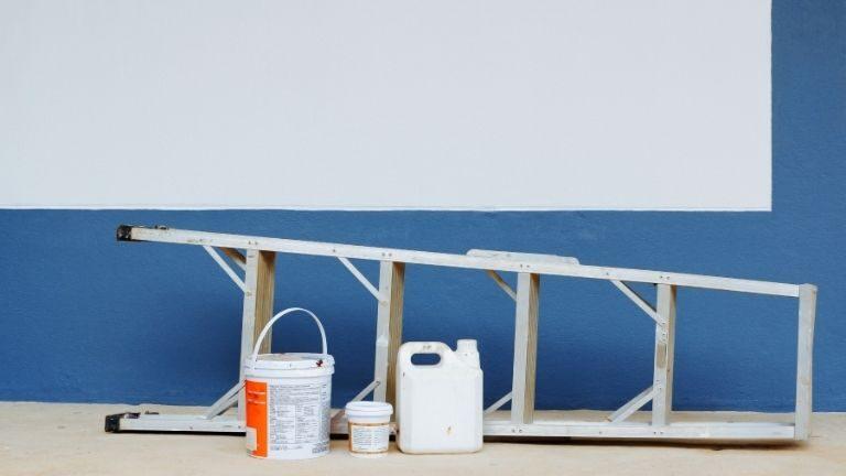 Drabina aluminiowa z preparatami do ścian